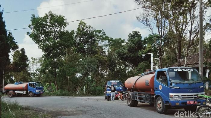 Mobil tangki air BPBD Klaten mengirimkan bantuan air di Desa Sidorejo Kecamatan Kemalang, Rabu (8/7/2020)