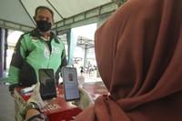 Petugas menyemprotkan cairan disinfektan kepada kendaraan pengemudi ojek online sebelum membawa penumpang di Shalter Depok Baru, Depok, Jawa Barat, Selasa (7/7/2020). Pemerintah Kota Depok mulai hari ini kembali memperbolehkan ojek online membawa penumpang dengan syarat mematuhi protokol kesehatan. ANTARA FOTO/Asprilla Dwi Adha/hp.