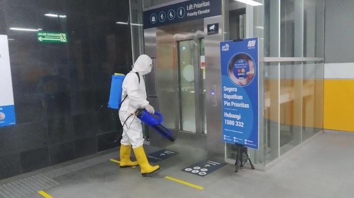 Penyemprotan disinfektan di Stasiun MRT Istora Mandiri