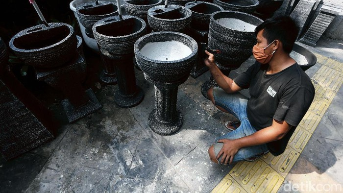 Di tengah pandemi COVID-19, perajin instalasi taman di Jalan Ahmad Yani, By Pas Pulomas, Jakarta, banting setir. Mereka ramai menjual tempat cuci tangan.