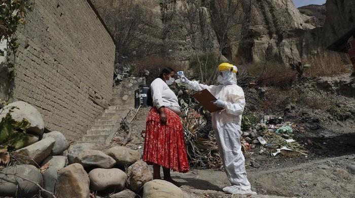 Sejumlah petugas medis Bolivia harus berjibaku ekstra menaklukkan dataran tinggi untuk menjemput bola demi pemeriksaan COVID-19 bagi warga di kawasan tersebut.