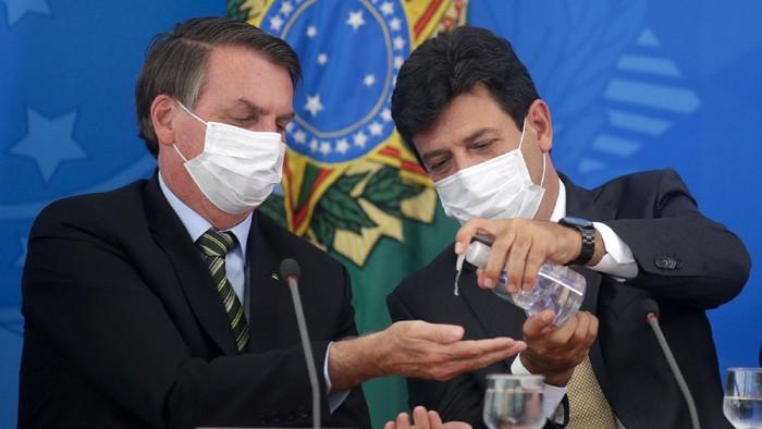 Presiden Brasil Jair Bolsonaro kerap meremehkan bahaya dari virus Corona (COVID-19). Namun, kini Bolsonaro dinyatakan positif setelah dites Corona usai mengalami gejala demam.