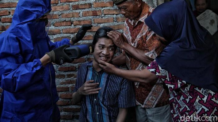 Petugas Dukcapil kembali menuntaskan perekaman e-KTP untuk warga disabilitas di kawasan Jakarta Utara.