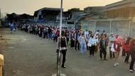 Antrean Penumpang KRL Menuju Stasiun Bojonggede Bogor Padat Pagi Ini
