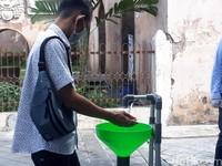 Sebelum melakukan pembelian tiket Tamansari Yogyakarta, pengunjung harus melakukan pengecekan suhu tubuh dan dilanjutkan cuci tangan dengan sabun dan air mengalir