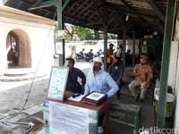 Dalam rangka pendeteksian persebaran COVID-19, pengunjung Tamansari Yogyakarta diminta untuk melakukan scan QR Code yang terpasang disamping pintu masuk. QR Code ini berisikan data diri pengunjung. Pengunjung dapat melakukan scanning pada saat memasuki kawasan wisata.