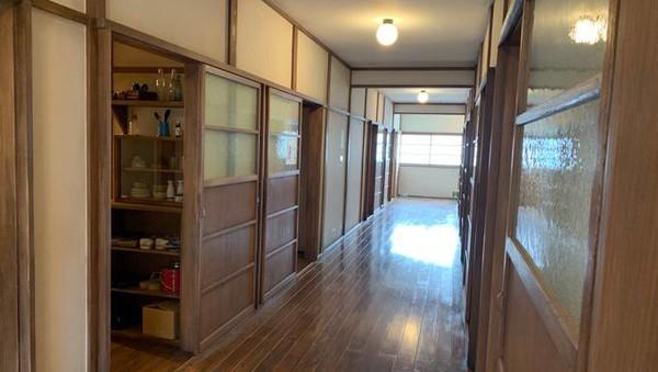 Sementara lantai kedua menampilkan replika kamar para komikus, termasuk dapur dan toilet bersama (Tokiwaso Manga Museum)