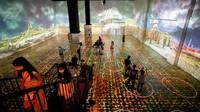Tak hanya untuk pemilik ,mbil, ada juga pamerandengan lingkaran social-distancing bagi traveler yang ingin melihatnya dengan berjalan kaki (AFP)