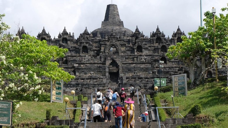 Petugas memeriksa suhu tubuh wisatawan yang akan masuk ke zona 1 kawasan Taman Wisata Candi (TWC) Borobudur, Magelang, Jawa Tengah, Rabu (8/7/2020). Pihak Balai Konservasi Borobudur (BKB) membuka kembali zona 1 candi Borobudur untuk umum yang ditutup akibat pandemi COVID-19 sejak (15/3/2020), tapi pengunjung belum diperbolehkan menaiki struktur candi Borobudur. ANTARA FOTO/Anis Efizudin/aww.