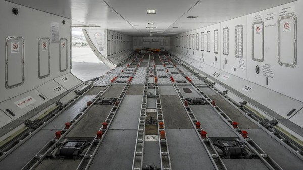 Pesawat jumbo ini memiliki kapasitas volume 300 m persegi dan bisa membawa hampir 60 ton barang. (Hi Fly)