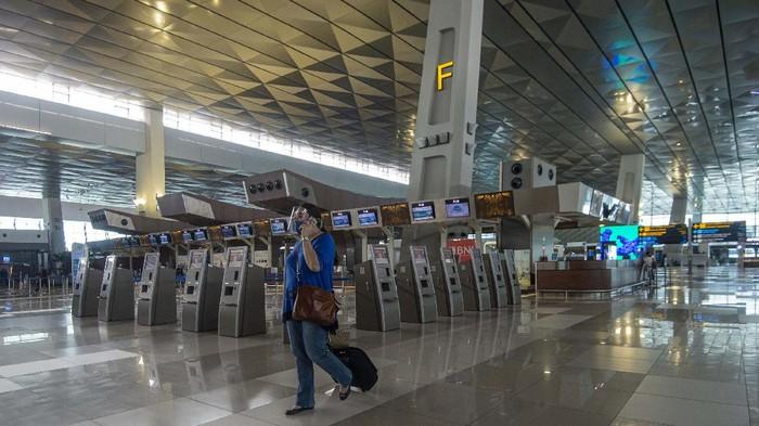 Calon penumpang pesawat berjalan di Terminal 3 Bandara Internasional Soekarno-Hatta,Tangerang, Banten, Kamis (9/7/2020). Meski penerbangan telah kembali dibuka dengan persyaratan  seperti penumpang harus dengan memiliki hasil rapid atau PCR test negatif COVID-19, suasana di Bandara Soekarno Hatta masih terpantau sepi. ANTARA FOTO/Aditya Pradana Putra/aww.