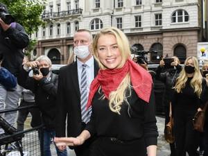 Amber Heard Pakai Gaun Hitam dan Syal Merah ke Pengadilan, Ini Maknanya