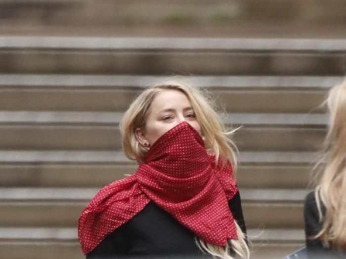 Amber Heard Kerudungan di Hagia Sophia