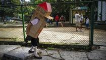 Aksi Pensiunan Perawat Pakai Rumah Kardus Untuk Cegah Corona