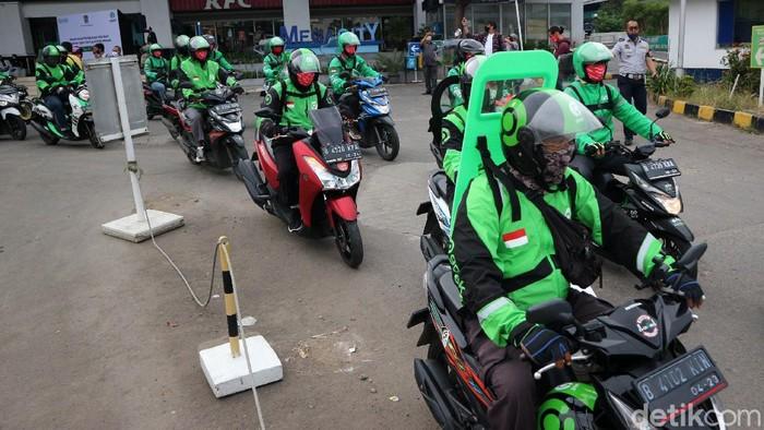 Wali Kota Bekasi Rahmat Effendi mengizinkan kembali Ojol mengangkut penumpang hari ini. Rahmat mengingatkan para aplikator memastikan protokol kesehatan dijalankan.