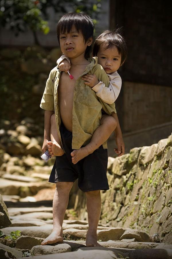 Warga Baduy Dalam menjalankan tradisi Kawalu. Kawalu adalah puasa yang dijalankan oleh warga Baduy Dalam yang dirayakan tiga kali selama tiga bulan. Pada puasa ini warga Baduy Dalam berdoa kepada Tuhan agar negara ini diberikan rasa aman, damai, dan sejahtera. Maka saat tradisi itu berjalan, pengunjung tidak diperbolehkan masuk ke Baduy Dalam. Getty Images/Ulet Ifansasti