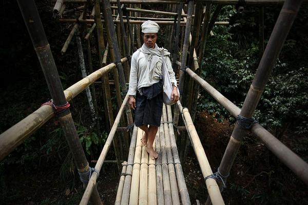 Baju adat suku Baduy Dalam didominasi warna putih polos dikarenakan suku Baduy mengganggap putih adalah warna yang suci. Getty Images/Ulet Ifansasti