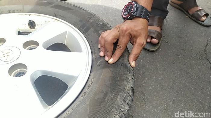 Ban mobil yang ditumpangi pegawai desa di Cianjur