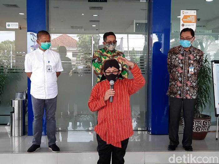 Wali Kota Malang Sutiaji mengecek penerapan protokol COVID-19 di Bank Rakyat Indonesia (BRI) Kantor Wilayah Malang. Ia memastikan anjuran pencegahan sudah dijalankan.