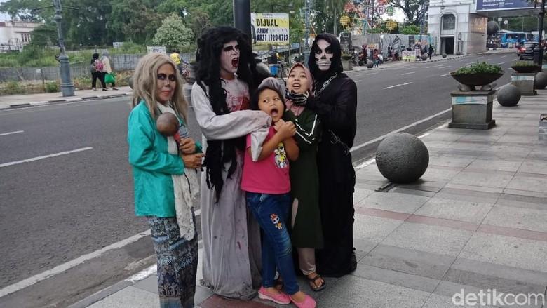 Cosplay hantu di Jalan Asia Afrika Bandung