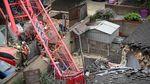 Crane Ambruk Timpa Rumah di Inggris