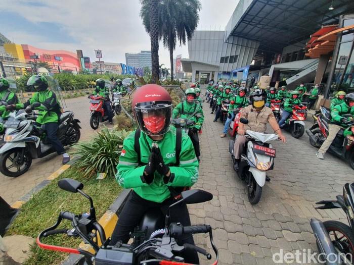 Driver ojol di Bekasi begitu antusias saat dibolehkan mengangkut penumpang (Isal Mawardi/detikcom)