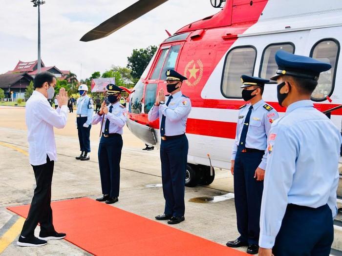 Jokowi menumpangi helikopter merah putih untuk menuju ke Kapuas. (Foto: Biro Pers Setpres)