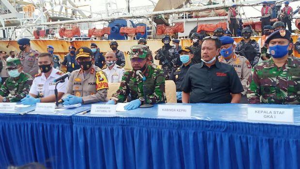 Kapal berbendera China, Lu Huang Yuan Yu 118, diamankan di perairan Kepri. Ditemukan jasad ABK WNI yang diduga jadi korban kekerasan (dok. TNI AL)