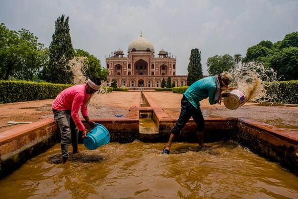 India juga menjadi salah satu negara yang menutup diri. Perserikatan Bangsa-Bangsa mengakui adanya 193 negara di dunia dan tiap negara memiliki pendekatan tersendiri untuk mengatasi COVID-19. (Foto: Getty Images/Yawar Nazir)