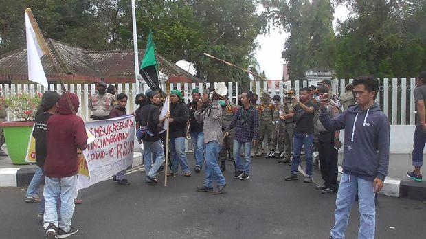 Massa demo di depan Kantor Bupati Polman.