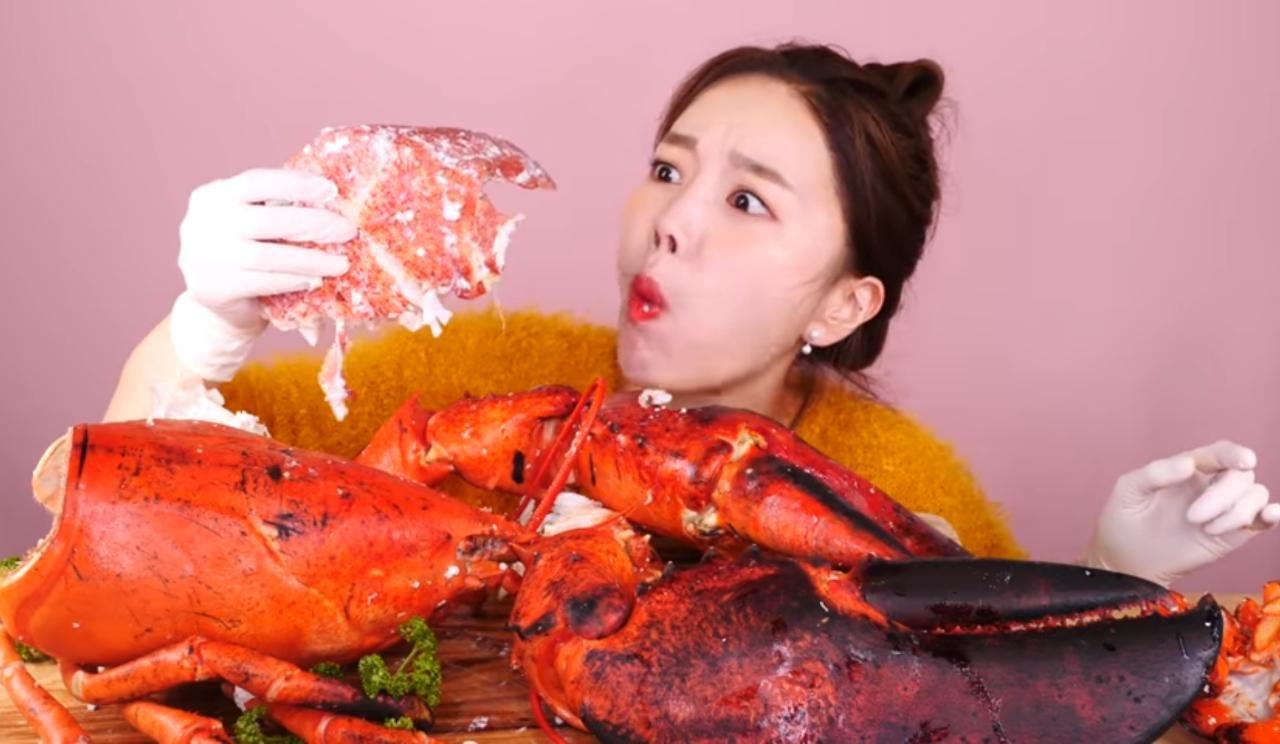 mukbang lobster raksasa