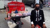 5 Penjual Makanan Kaki Lima Ini Berpenampilan Necis Pakai Jas dan Dasi