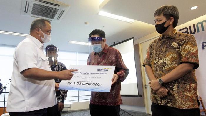 Direktur Utama Bank Mandiri Royke Tumilaar (kanan) dan Wakil Direktur Utama Bank Mandiri Hery Gunardi (kiri) sedang berbincang dengan debitur penerima kredit modal kerja (KMK) dalam program Pemulihan Ekonomi Nasional (PEN) di Bintaro, Banten. Mendukung program PEN dari dampak covid-19, Bank Mandiri mengalokasikan Rp30 triliun untuk penyaluran kredit produktif ke segmen UMKM dan Wholesale dengan fokus pada usaha padat karya dan yang mendukung ketahanan pangan.