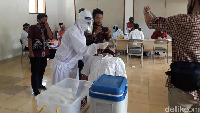 Petugas Bawaslu Pangandaran saat menjalani tes swab di kantor Bawaslu Pangandaran, Jumat (26/6/2020).