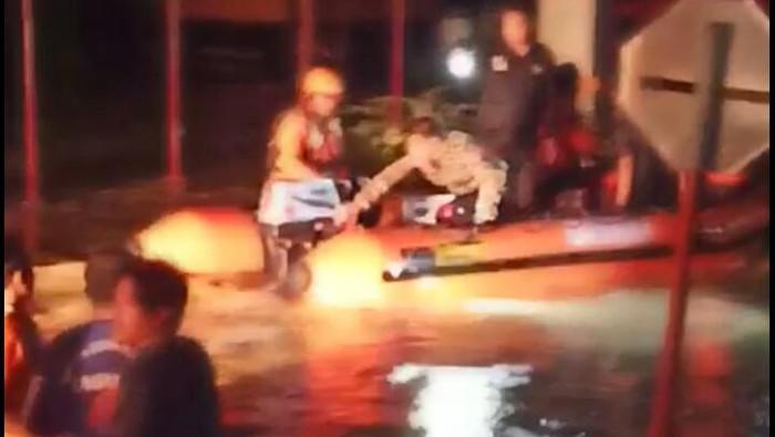 Petugas evakuasi korban banjir di Luwu Sulawesi Selatan.