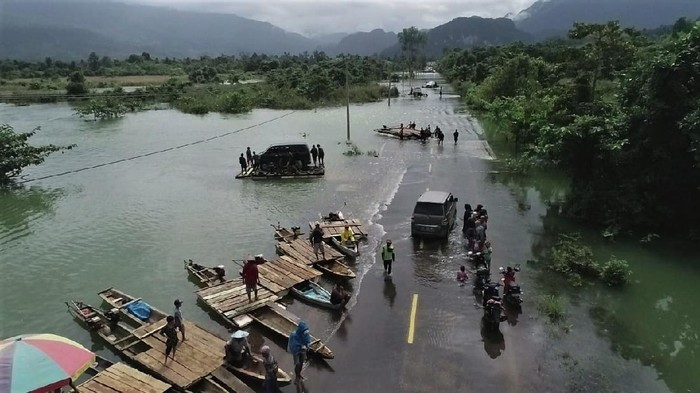 Jalan trans Sulawesi Tenggara-Sulawesi Tengah terputus akibat banjir. Banjir ini disebabkan luapan air Sungai Lalindu karena tingginya curah hujan dalam tiga hari terakhir.