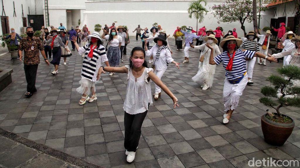 Serunya Emak-emak Ikutan Flash Mob di Museum Bahari