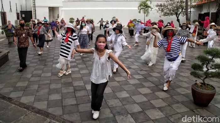 Kawasan Museum Bahari ramai oleh masyarakat yang melakukan tarian flash mob. Kegiatan tersebut digelar dengan menerapkan protokol kesehatan.