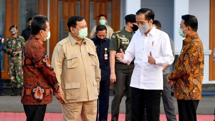 Presiden Jokowi didampingi Menhan Prabowo hingga Kepala Staf Kepresidenan Moeldoko saat akan bertolak ke Kalteng. (Foto: Laily Rachev/Biro Pers Setpres)