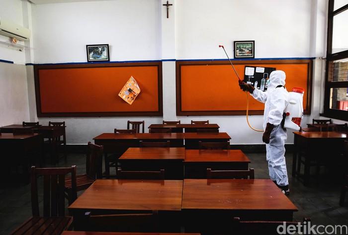 Pemprov DKI Jakarta memperpanjang masa PSBB Transisi fase I. Gubernur DKI Jakarta Anies Baswedan pun menyebut sekolah di Ibu Kota belum akan dibuka.