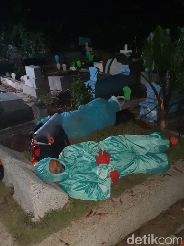 Relawan saat memakamkan jenazah COVID-19 di Kota Malang