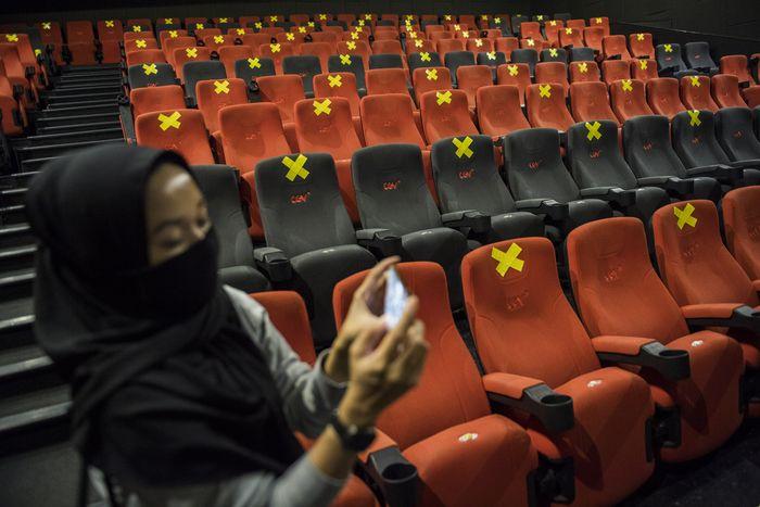 Suasana simulasi pembukaan dan peninjauan tempat hiburan bioskop CGV Cinemas di Bandung Electronic Center (BEC), Bandung, Jawa Barat, Kamis (9/7/2020). Simulasi tersebut dilakukan dalam rangka peninjauan kesiapan tempat hiburan bioskop dalam penerapan protokol kesehatan seperti penggunaan alat pelindung wajah bagi karyawan, pembatas jaga jarak, masker, sarung tangan dan cairan disinfektan seiring tatanan normal baru di tengah pandemi COVID-19. ANTARA FOTO/M Agung Rajasa/aww.