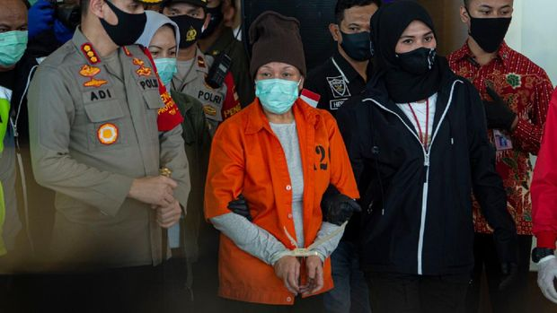 Menko Polhukam Mahfud MD (kiri) didampingi Menteri Hukum dan HAM Yasonna Laoly (kanan) menyampaikan keterangan kepada wartawan terkait ekstradisi buronan pelaku pembobolan Bank BNI Maria Pauline Lumowa di Bandara Internasional Soekarno-Hatta, Tangerang, Banten, Kamis (9/7/2020). Tersangka pelaku pembobolan kas Bank BNI cabang Kebayoran Baru lewat Letter of Credit (L/C) fiktif sebesar Rp1,7 triliun diekstradisi dari Serbia setelah menjadi buronan sejak 2003. ANTARA FOTO/Aditya Pradana Putra/nz.  *** Local Caption ***