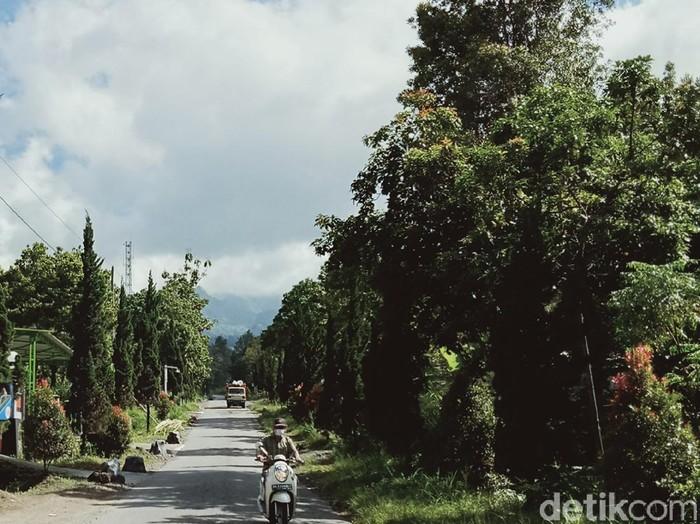 Warga di Desa Sidorejo, Kecamatan Kemalang, Klaten melintas turun dari kawasan puncak Merapi, Kamis (9/7/2020).