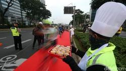 Para pesepeda di ibukota kerap mengeluhkan minimnya jalur yang steril. Sudah banyak lubang, diserobot pula oleh kendaraan. Neraka!