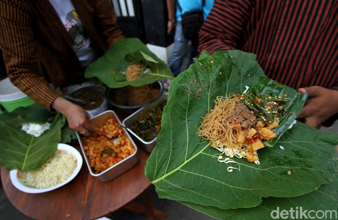 Sejumlah tukang becak antre untuk dapatkan Nasi Berkat di Sukoharjo. Untuk dapatkan Nasi Berkat para tukang becak membawa plastik atau daun jati untuk ditukar.