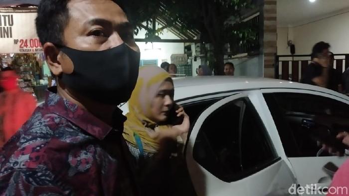Ayahanda editor Metro TV Yodi Prabowo, Suwandi, berangkat ke kantor polisi untuk diperiksa.