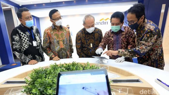 Bank Mandiri meresmikan pengoperasian kantor cabang modern dengan konsep edukatif (Edu-Branch) di Menara Astra, Jakarta. Kantor ini mengadopsi teknologi digital.