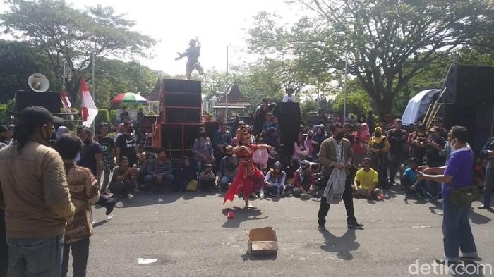 Demo seniman di Cirebon
