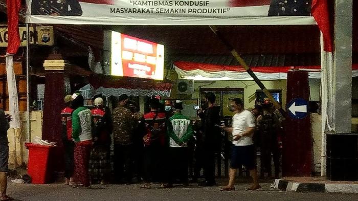 FPI Makassar demo di depan Polres Pelabuhan Makassar, Kamis (9/7/2020).
